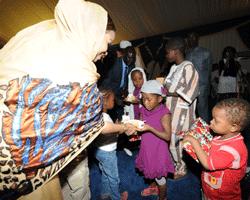 La Première Dame HINDA DEBY ITNO a fêté Noël avec les enfants  dans ACTUALITES im_25_12_2012_3