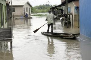 Effondrement d'un pont reliant le Nigéria et le Tchad  dans ACTUALITES 172040_inondations-a-lagos-en-octobre-2010-300x199